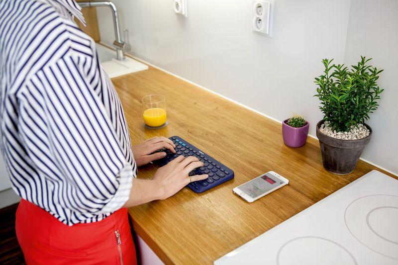 JPG 72 dpi -RGB--K380 keyboard lifestyle 54