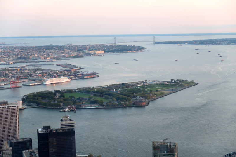 Blick auf Governors Island vom One World Observatory New York City
